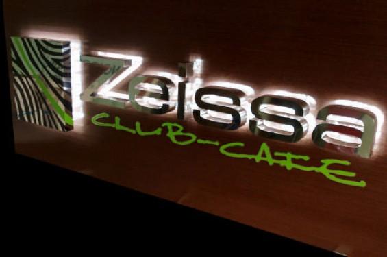 Las letras con luces, iluminadas o luminosas